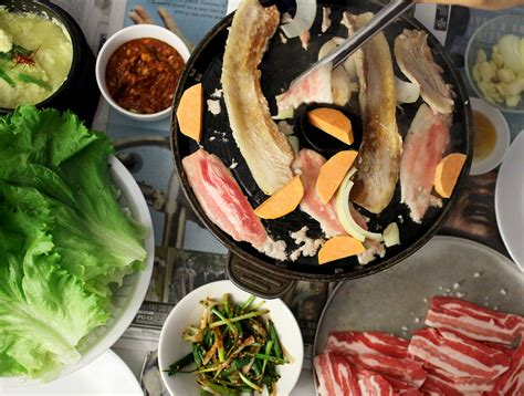 korean eat how to eat korean bbq maangchi