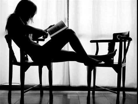 imagenes mujeres leyendo mujer leyendo andr 233 s neuman entre montones de libros