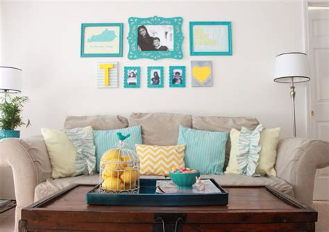Inspira 231 227 O Sala De Estar Nas Cores Turquesa E Amarelo College Living Room Decorating Ideas