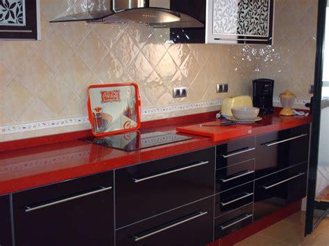 cocina blanca encimera roja cantos de encimera los tres tipos de cantos m 225 s usados en