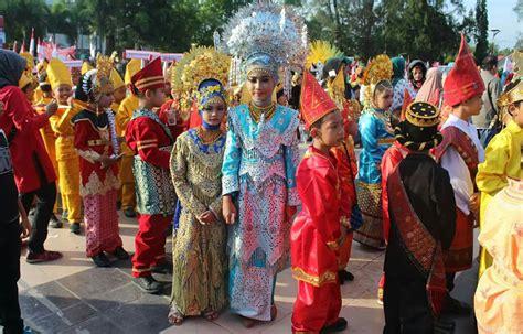 Kostum Adat 16 ribuan pelajar di langsa ikuti pawai karnaval pakaian adat kanal aceh