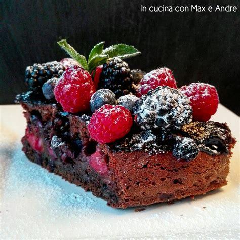 cucina con torta al cioccolato torta al cioccolato e frutti di bosco in cucina con max