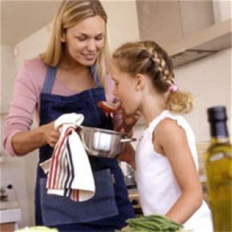 enfant qui cuisine des ateliers go 251 ters bio pour les enfants famili fr