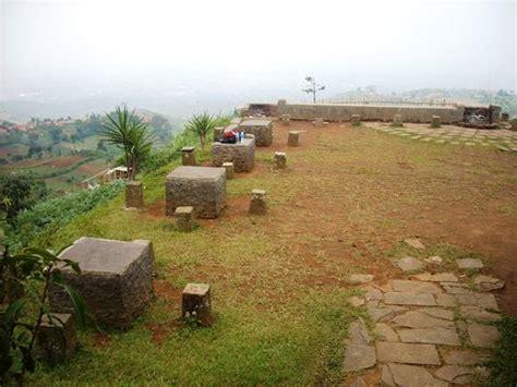 Meja Warung wisata bandung bukit moko dan warung daweung