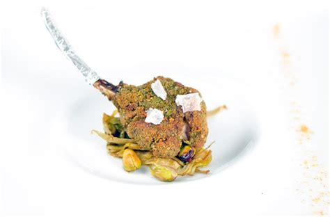 come cucinare costolette di agnello costoletta di agnello in crosta di pistacchi con carciofi