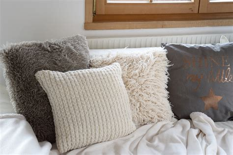 sofakissen und decken relaxliege wohnzimmer