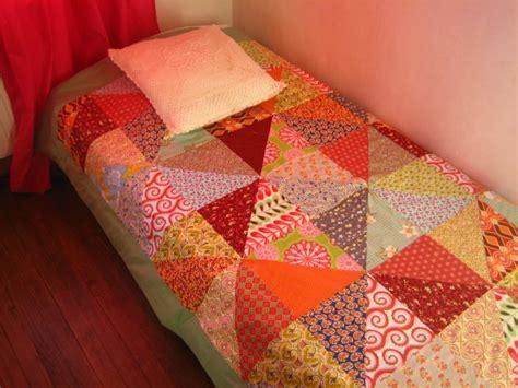 un dessus de lit en et patchwork de liberty la