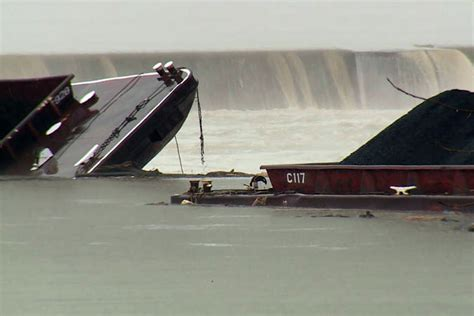 boat crash ohio river tugboat crash causes coal barges to sink in ohio river