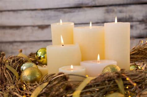 imagenes velas blancas velas blancas encendidas con decoraci 243 n navide 241 a