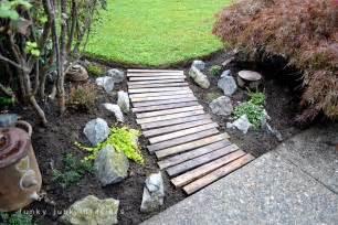 garten holz a pallet wood garden walkwayfunky junk interiors