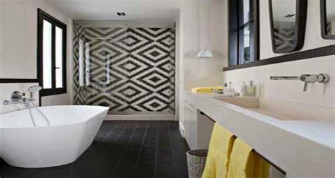 Supérieur Peinture Carreaux Salle De Bain #1: carreaux-de-ciment-en-sol-et-mural-de-salle-de-bain.jpg