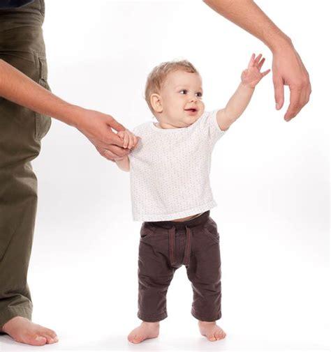 wann fangen kinder an zu laufen tipps und organisatorisches das erste jahr mit baby der