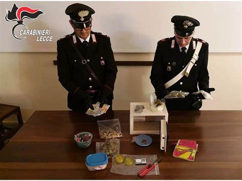droghe in casa bazar di droghe in casa coca fumo e skunk arrestata