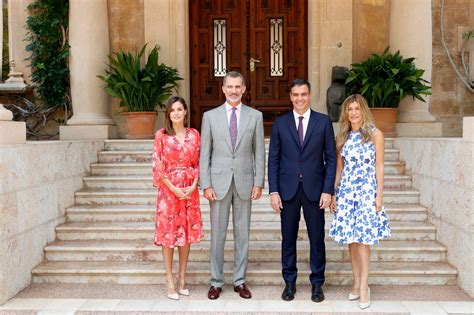 casa reale spagnola grande popolarita per la casa reale di spagna croce reale