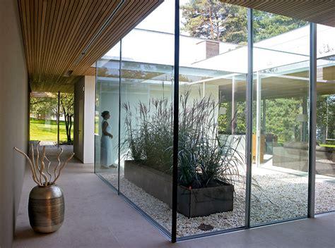 Bungalow Aus Holz Und Glas by Bungalow Aus Holz Und Glas Lichthof In Der Mitte Des