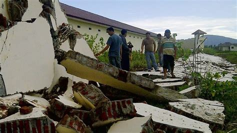 earthquake at indonesia relieved aceh residents survey earthquake damage the