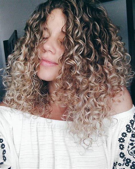 curly hairstyles with highlights best 20 naturally curly ideas on pinterest natural