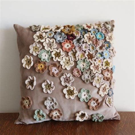 cuscini ad uncinetto cuscini shabby con applicazioni di fiori all uncinetto