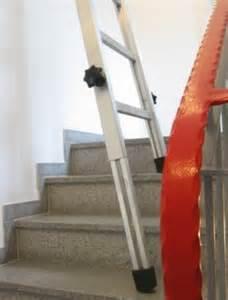 leiter auf treppe stellen treppenhausleiter steht auf jeder treppe spezialleitern