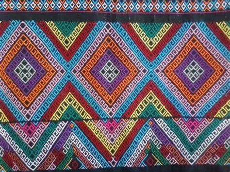 Selendang Tenun Etnik Toraja seni kriya nurdikarianintya