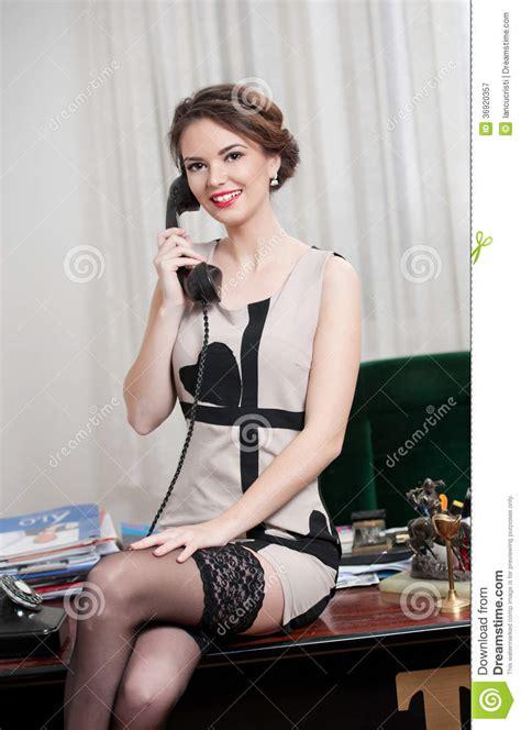 Kort Hår Kvinna by Lycklig Le Attraktiv Kvinna Som B 228 R En Kl 228 Nning
