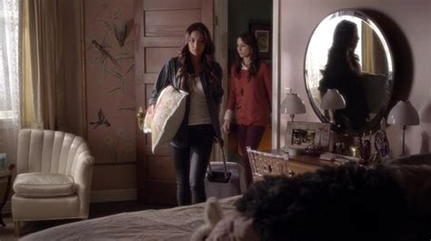 alison dilaurentis bedroom emily and spencer in alison s room on pretty little liars