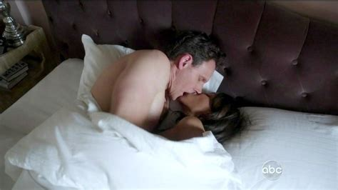 do black women like white men in bed tony goldwyn photos photos scandal season 2 episode 21