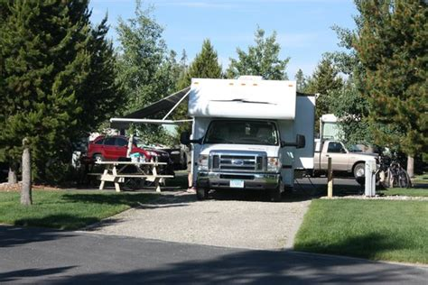 picture of yellowstone grizzly rv park west