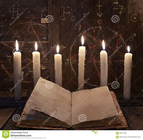 magia con candele rituale di magia nera con le candele brucianti ed il libro