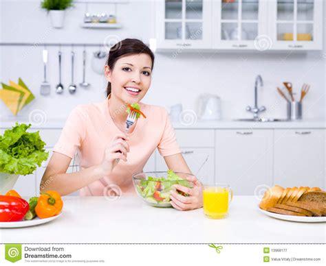 cuisine de femme femme avec la nourriture dans la cuisine image stock