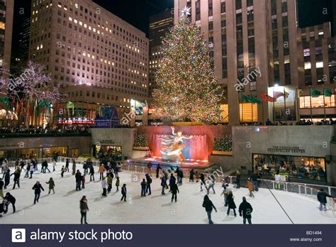weihnachtsmarkt new york rockefeller christmas skaters at skating rink at the tree at rockefeller stock photo 25226240 alamy