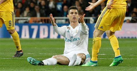 ronaldo juventus boots fans spotted cristiano ronaldo kicking his own boot after being fouled by juventus