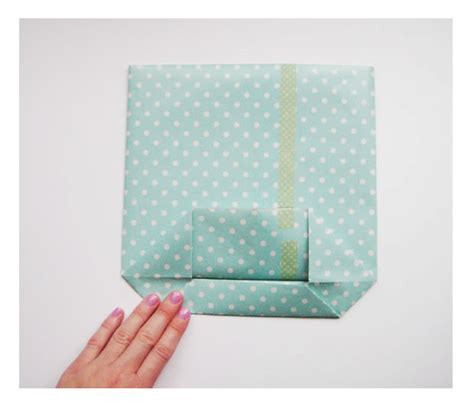 How To Fold Wrapping Paper Into A Bag - como fazer bolsa de papel para presente