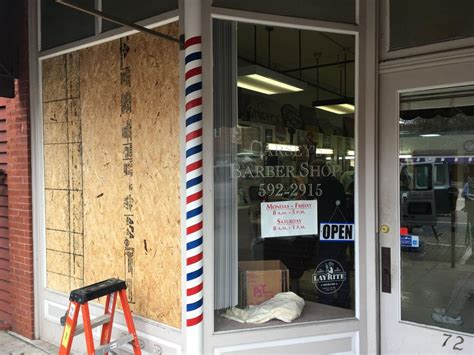 haircut uptown chicago brawlers break window at uptown athens barber shop local