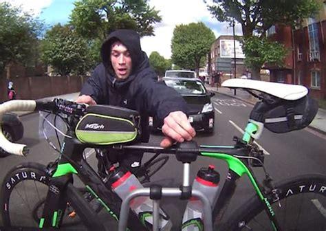 cerco a londra londra cerca di rubare bicicletta legata ad auto blitz