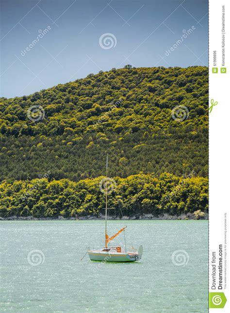 kleine zeilboot kleine zeilboot op meer abrau stock foto afbeelding