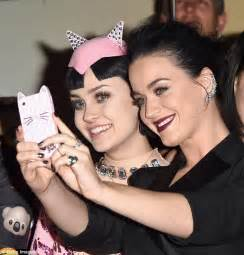 katy perry fan katy perry snaps a selfie with a doppelganger fan at