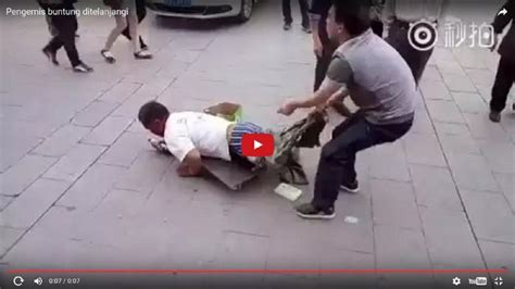 Polisi Buka Celana polisi ini buka paksa celana pengemis yang terjadi selanjutnya bikin kamu bengong melihatnya