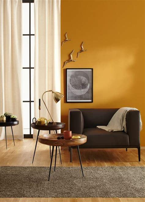 deco salon  mur daccent ocre jaune pour rechauffer