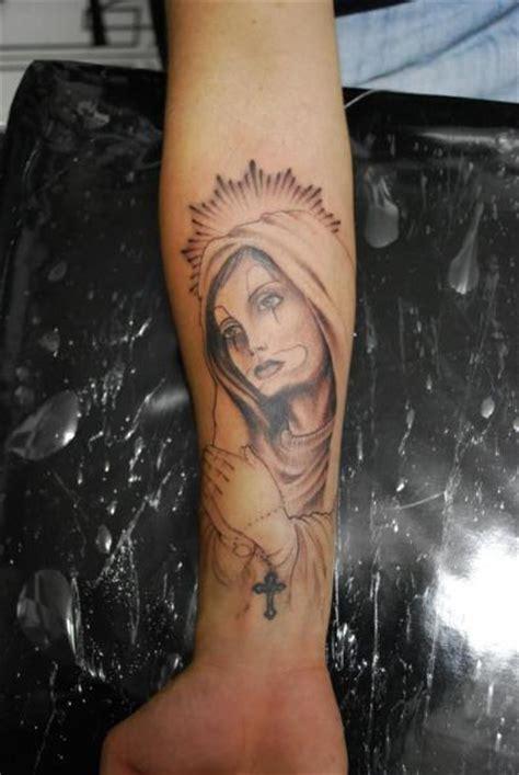 tatouage bras religieux par hell tattoo