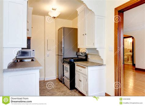 cuisine 駲uip馥 petit espace white small apartment kitchen royalty free stock