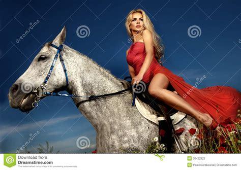 donna bionda con il cavallo immagine stock immagine donna bionda che si siede su un cavallo in vestito