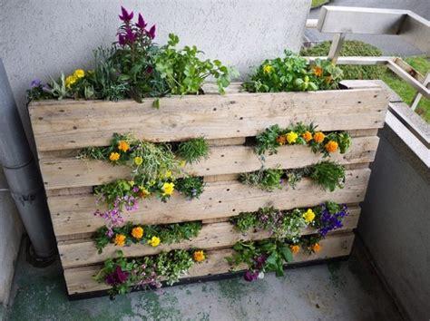 giardino verticale pallet portavasi e fioriere con oggetti di riciclo tiriordino