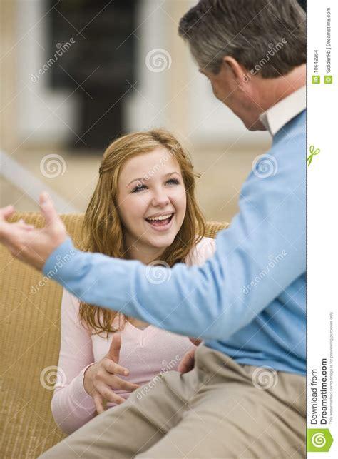 hija adolescente follando con papa padre e hija adolescente que conversan foto de archivo