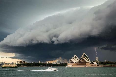 Shelf Cloud Sydney by A Shelf Cloud From A Front Described As Quot Apocalyptic Quot Rolls Sydney Nsw