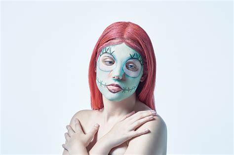 Sally Banyak Varian trick or treat rayakan dengan masker wajah the