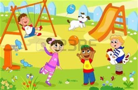 imagenes niños felices jugando cuatro ni os felices jugando juntos en el patio de recreo