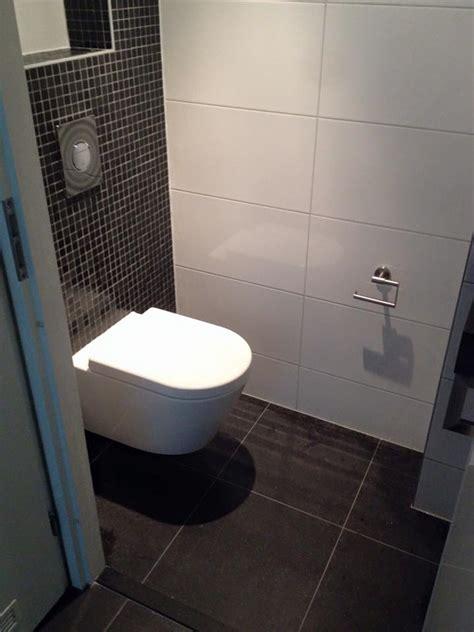 badkamer mat zwart wit strakke toilet hoogkarspel streker tegelhuis streker