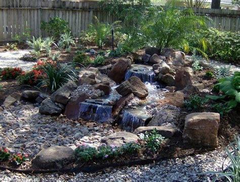 giardini con ciottoli piccola cascata con ciottoli in giardino come costruirla