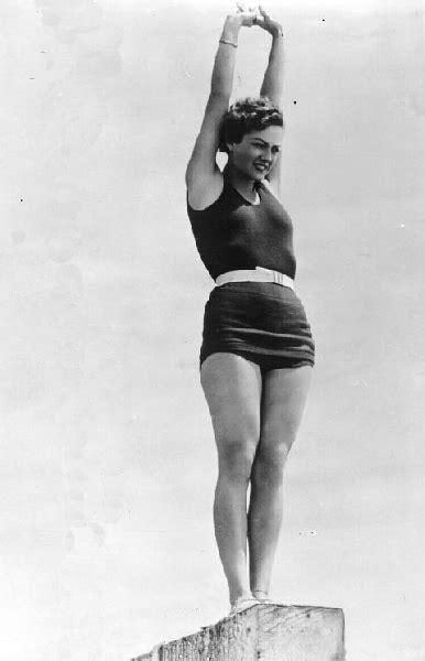 foto di donne in costume da bagno foto vintage di donne al mare in costume da bagno tra